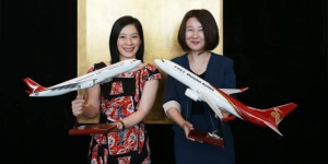 Cathay Pacic general manager revenue management Patricia Hwang, left, and Shenzhen Airlines' general manager of international & FFP aairs and cooperation Ma Yunchun announce the codeshare service agreement expansion